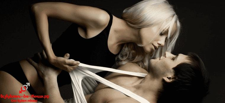 Сексуальная девушка с парнем в майке