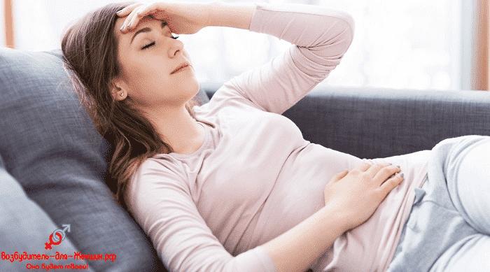 Девушка испытывает головную боль после употребления женского возбудителя