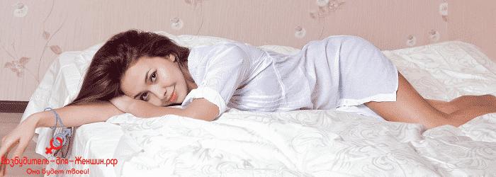 Девушка лежит в халате на кровати