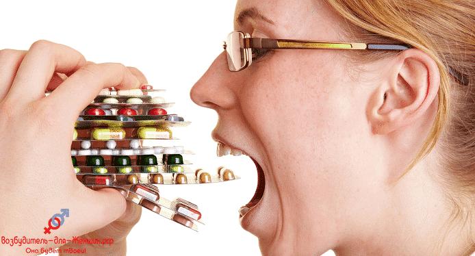 Девушка с блистерами популярных таблеток для возбуждения