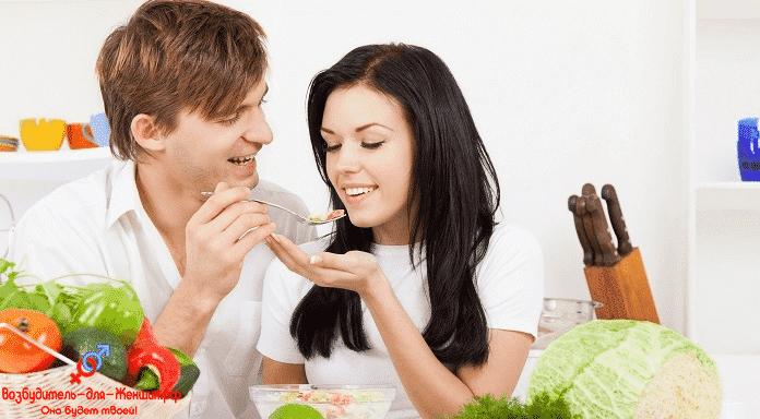 Темноволосая девушка с парнем на кухне