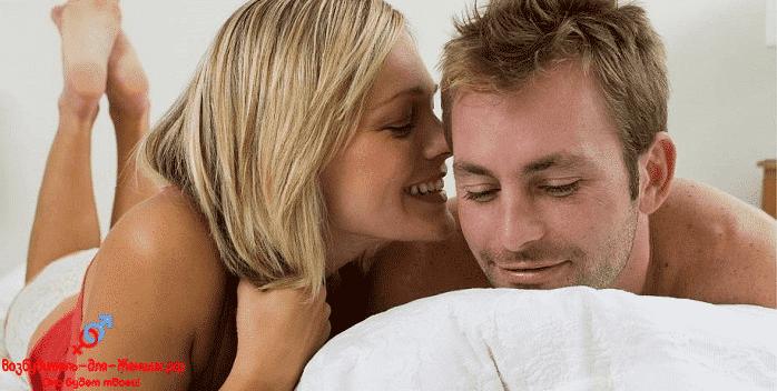 Красивая девушка с парнем на подушке