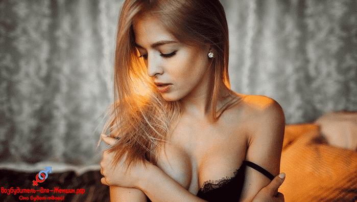 Девушка скромница в черном белье