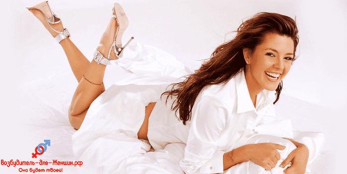 Девушка в белой рубашке и босоножках