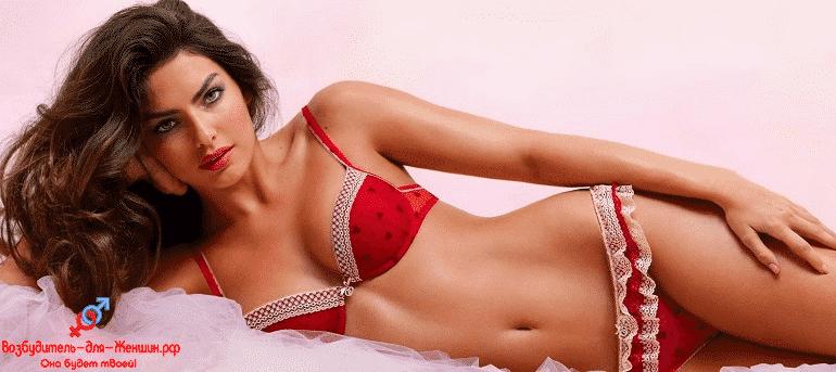 Девушка в красном белье на кровати