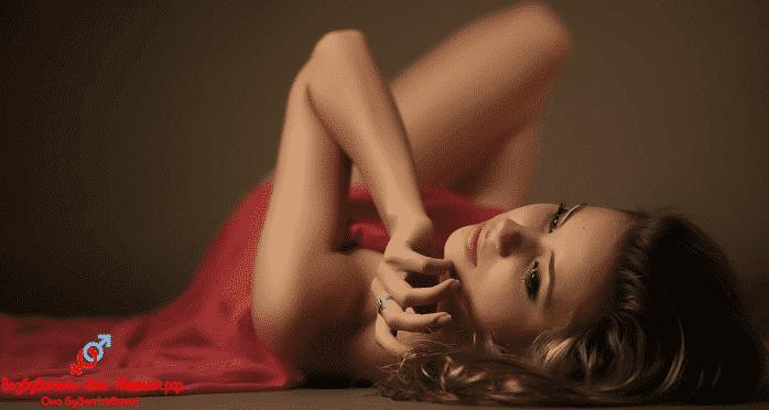 Красивая девушка в красном платье