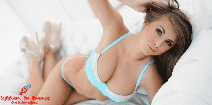 Девушка позирует на белоснежном диване