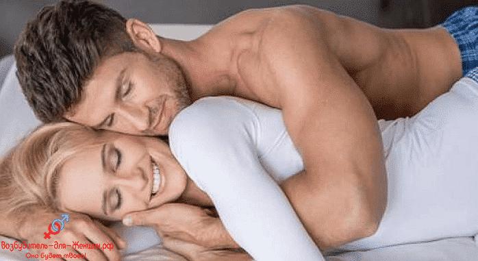 Мужчина нежно обнимает женщину