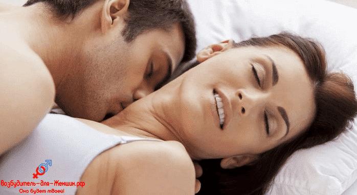 Парень целует красивую девушку