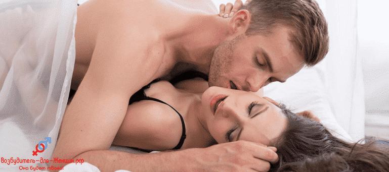 Парень целует возбужденную девушку