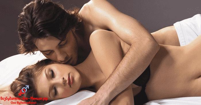 Парень целует спящую девушку