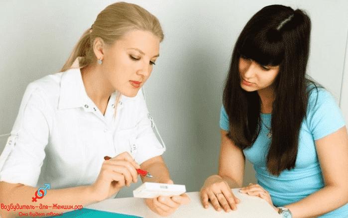 Врач показывает аптечные стимуляторы девушке