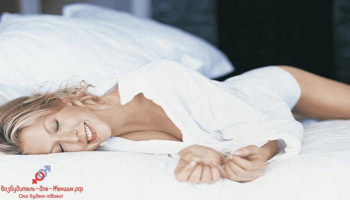 Фото блондинка на белоснежной постели под действием возбудителя Красный Паук