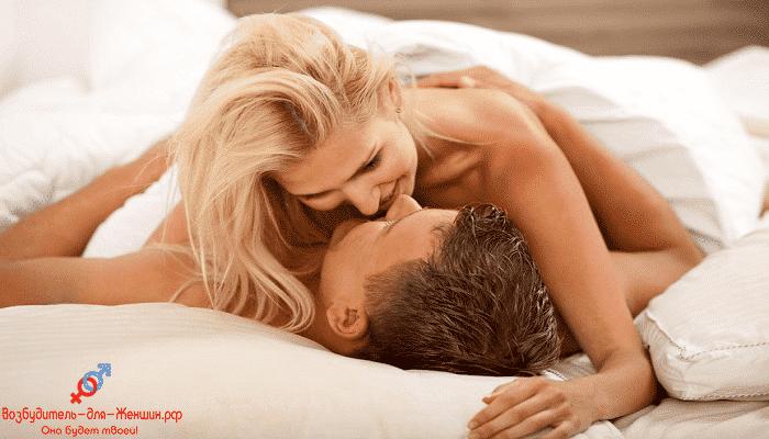 Блондинка целуется с парнем под действием жвачки Mega Exstaz
