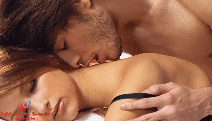 Фото брюнет страстно целует девушку под действием женского возбудителя Детонатор