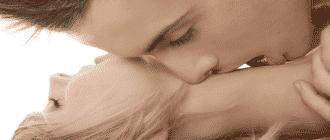 Девушка и парень страстно целуются