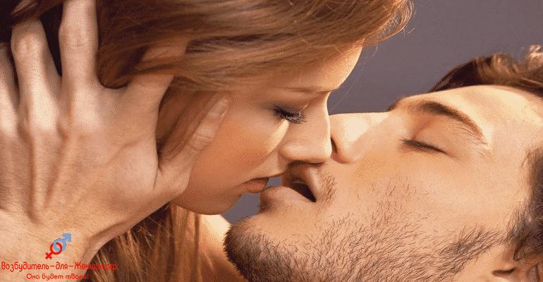 Девушка целует бородатого мужчину