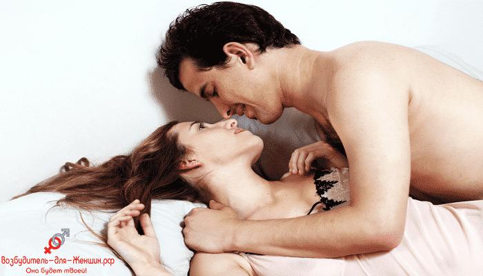 Мужчина целует красивую девушку