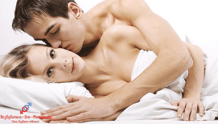Парень целует девушку в постели
