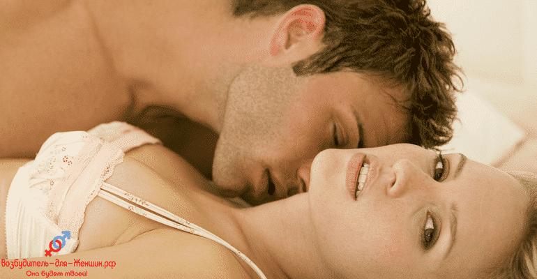 Парень целует девушку в шею