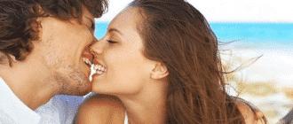 Парень целуется с девушкой
