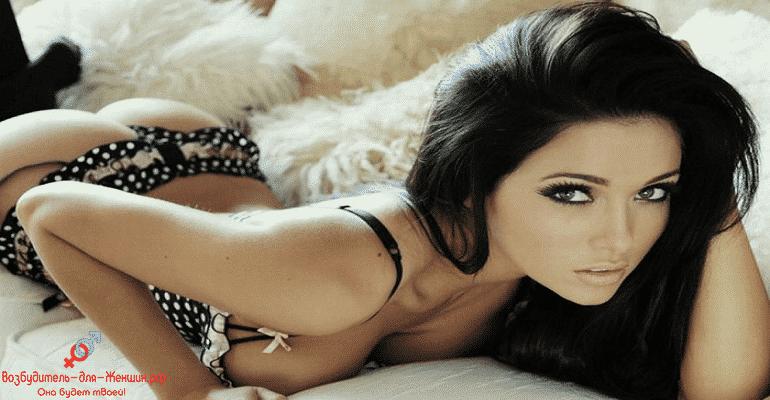 Сексуальная брюнетка на кровати