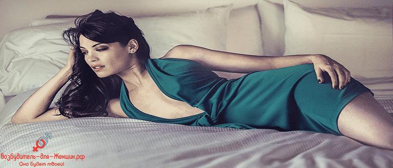 Сексуальная девушка на кровати