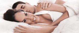 Улыбающаяся девушка с парнем на кровати
