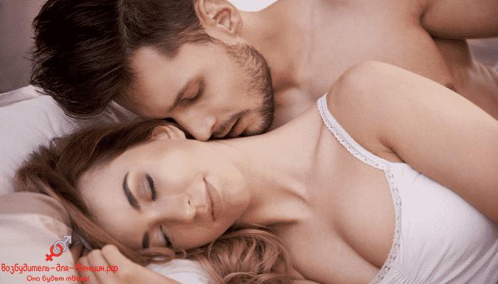 Влюбленная пара нежится в постели